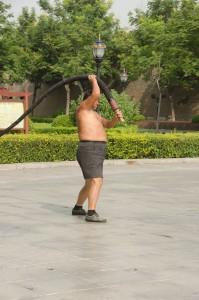 A Kaifeng, un colosse manie un fouet de dix kilos