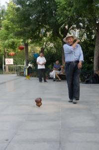 """Le """"cow-boy"""" de Dong men kou manie le bâton avec la grâce d'une danseuse"""