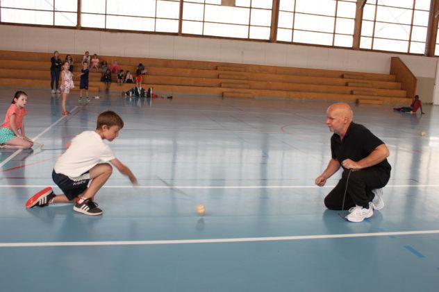 Les 7-10 ans du Centre de loisirs  de Bourbriac s'initient à la toupie chinoise avec Mathieu Lavant de l'association Da-Tuoluo.