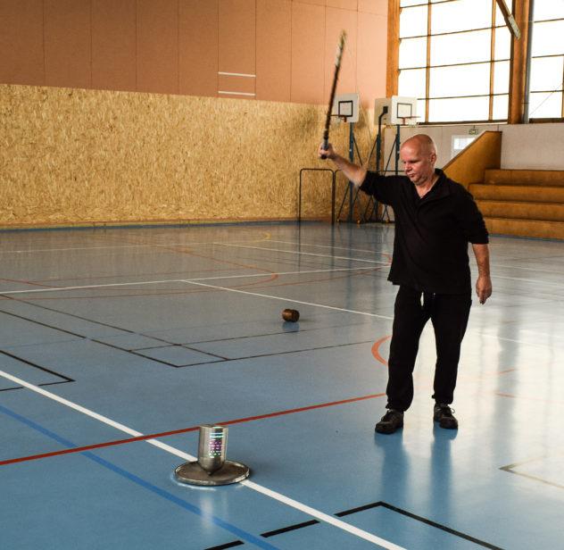 Mathieu Lavant fait une démonstration avec une toupie de 4 kg qui tourne sur un plateau d'acier.